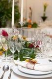 Buitensporige lijst die voor een huwelijksviering wordt geplaatst Royalty-vrije Stock Foto's