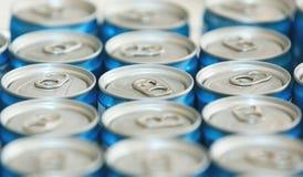 Buitensporige metaalblikken met het verfrissen van dranken, in macrobeeld stock fotografie