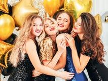 Buitensporige partij feestelijke gelegenheid die koesterend meisjes stellen stock afbeelding