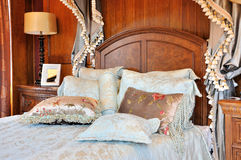 Buitensporige slaapkamer met bloemrijk gordijn stock afbeeldingen