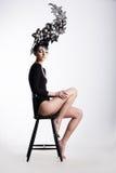 Buitensporige Vrouw in Surreal Metaalheadwear stock afbeelding