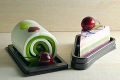 Buitensporige zeep in cakevorm met kers op de bovenkant op houten raad B Royalty-vrije Stock Foto