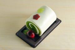 Buitensporige zeep in de vorm van de broodjescake met kers Stock Fotografie