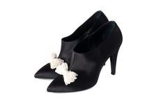 Buitensporige zwarte ladysschoenen Stock Foto's