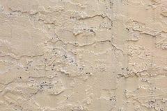 Buitentan wall met Ruwe Gipspleister en Gatentextuur royalty-vrije stock afbeeldingen