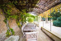 Buitenterras van een landelijk huis in de Provence, Frankrijk Stock Foto's