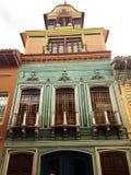 Buitenvoorgevel van de Oude Bouw in Cuenca Ecuador Royalty-vrije Stock Afbeeldingen