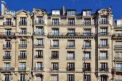 Buitenvoorgevel van flatgebouw Royalty-vrije Stock Afbeeldingen