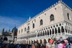 Buitenweergeven van het Paleis van de Doge in Venetië stock foto