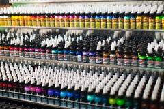 Buizen van tatoegeringsverf bij showcase Stock Afbeelding