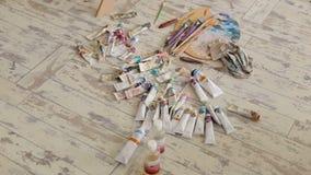 Buizen van verf en palet voor tekening, close-up stock videobeelden