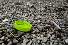 Bujão plástico jogado no cascalho no parque imagens de stock royalty free