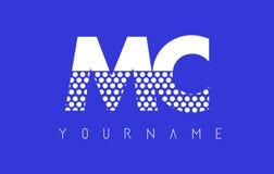 Bujía métrica M C Dotted Letter Logo Design con el fondo azul Imagenes de archivo