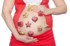 Buk av gravida kvinnan med härligt julpynt Arkivbild