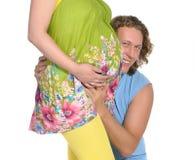 buk som 2 omfamnar den gravida mannen Arkivfoton