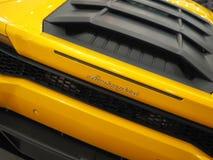 BUKAREST, RUMÄNIEN - 3. FEBRUAR 2019 Gelbes Lamborghini Aventador S im Ausstellungsraum Schnelles italienisches Sportauto stockfotografie