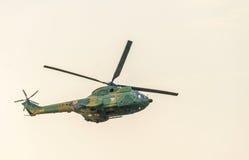 BUKAREST, RUMÄNIEN - 30. JULI 2016 IIAR-Puma-Hubschrauberfliegen im Himmel, Bremsung aerobaticAR Puma elicopter Fliegen herein Lizenzfreie Stockfotos