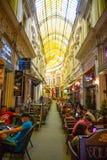 Bukarest, Rumänien - 28 04 2018: Leute im Durchgang Macca Villacrosse, umfaßter gelber Glasdurchgang in Bukarest Lizenzfreie Stockbilder