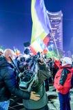 Bukarest, Rumänien - 4. November 2015: Einige 30.000 Menschen treten in den Straßen der Hauptstadt Bukarest am Abend zusammen Stockfotografie