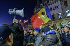 Bukarest, Rumänien - 4. November 2015: Einige 30.000 Menschen treten in den Straßen der Hauptstadt Bukarest am Abend zusammen Lizenzfreies Stockfoto