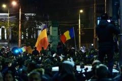 Bukarest, Rumänien - 4. November 2015: Einige 30.000 Menschen treten in den Straßen der Hauptstadt Bukarest am Abend zusammen Lizenzfreie Stockfotografie