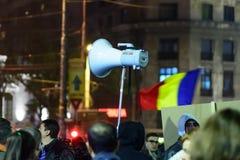 Bukarest, Rumänien - 4. November 2015: Einige 30.000 Menschen treten in den Straßen der Hauptstadt Bukarest am Abend zusammen Stockfotos