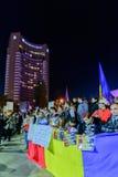 Bukarest, Rumänien - 4. November 2015: Einige 30.000 Menschen treten in den Straßen der Hauptstadt Bukarest am Abend zusammen Lizenzfreies Stockbild