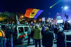 Bukarest, Rumänien - 4. November 2015: Einige 30.000 Menschen treten in den Straßen der Hauptstadt Bukarest am Abend zusammen Stockfoto