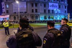 Bukarest, Rumänien - 4. November 2015: Einige 30.000 Menschen treten in den Straßen der Hauptstadt Bukarest am Abend zusammen Lizenzfreie Stockfotos