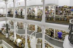 BUKAREST, RUMÄNIEN - 27. SEPTEMBER 2015: Die Leute, die für Literatur kaufen, buchen in Carturesti-Bibliothek, gegolten das schön Lizenzfreies Stockbild