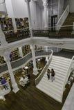 BUKAREST, RUMÄNIEN - 27. SEPTEMBER 2015: Die Leute, die für Literatur kaufen, buchen in Carturesti-Bibliothek, gegolten das schön Lizenzfreies Stockfoto