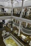 BUKAREST, RUMÄNIEN - 27. SEPTEMBER 2015: Die Leute, die für Literatur kaufen, buchen in Carturesti-Bibliothek, gegolten das schön Lizenzfreie Stockfotos