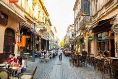 Bukarest, Rumänien - 28 04 2018: Touristen in der alten Stadt und in den Restaurants auf im Stadtzentrum gelegener Lipscani-Straß Lizenzfreie Stockbilder