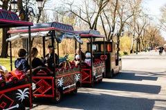 Bukarest, Rumänien 2019 Touristen, die eine Zugfahrt auf die Gassen von Mogosoaia-Park nehmen stockfotos