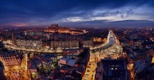 Bukarest-Skyline an der blauen Stunde, Dambovita-Fluss, Vogelperspektive stockbild