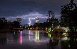 Bukarest-starker Regen und Gewitter, Blitzschlag über der Stadt, Nachtstadtbild lizenzfreies stockbild