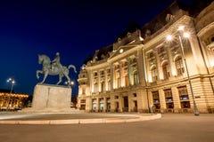 Bukarest-Zentralbibliothek in der Sommerzeit an der blauen Stunde lizenzfreie stockfotos