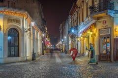 Bukarests schöne beleuchtete Straßen herein in die Stadt während der Nachtzeit lizenzfreies stockfoto
