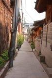 Bukchon胡同在一个晴天在汉城,韩国 库存图片