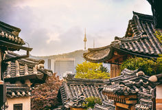 Bukchon Hanok historiskt område i Seoul på solnedgången, Sydkorea royaltyfria foton