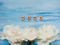 Bukett av att blomma, vita pioner och ordet MAMMA Arkivfoton