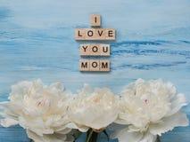 Bukett av att blomma, vita pioner och ordet MAMMA Royaltyfria Bilder