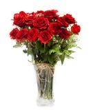 Bukett av att blomstra mörker - röda rosor i vas Arkivfoton