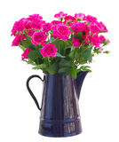 Bukett av att blomstra rosa rosor i vas royaltyfri foto
