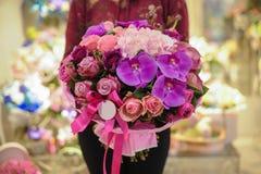 Bukett av blandade rosa färg- och lilablommor royaltyfri fotografi