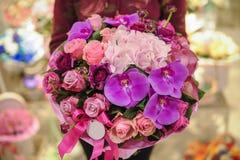 Bukett av blandade rosa färg- och lilablommor royaltyfria foton
