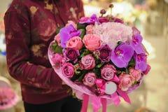 Bukett av blandade rosa färg- och lilablommor royaltyfri bild