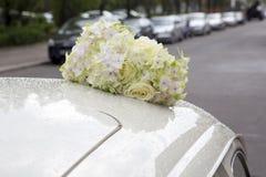 Bukett av blommor överst av en bil arkivbild