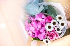 Bukett av blommor en sammansättning av rosor och vanliga hortensior, chamom Royaltyfri Bild