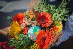 Bukett av blommor för 1en av September i händerna av enväghyvel royaltyfri foto